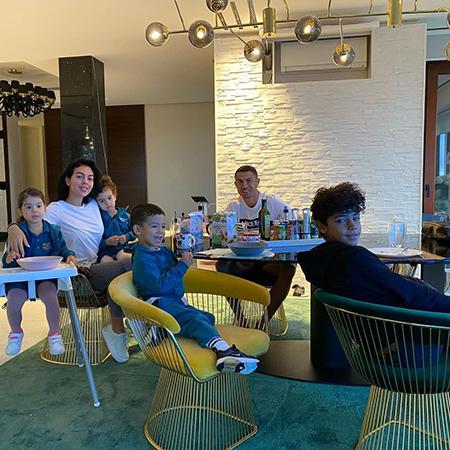 Джорджина Родригес и Криштиану Роналду с детьми