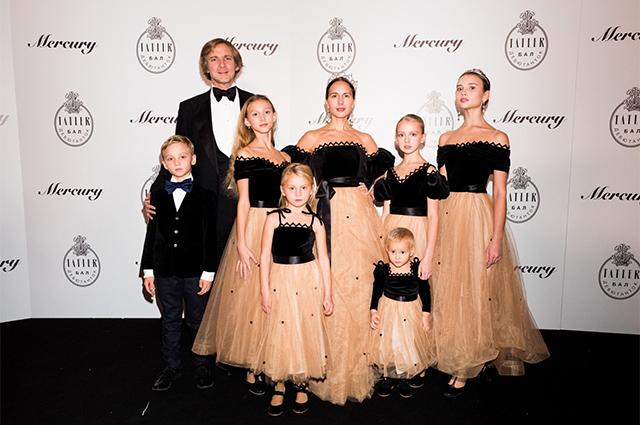 Ольга и Чарльз Томпсон с детьми