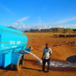 78137 Без него они погибнут: мужчина каждый день возит воду изнывающим от жажды диким животным