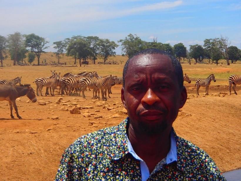 Без него они погибнут: мужчина каждый день возит воду изнывающим от жажды диким животным