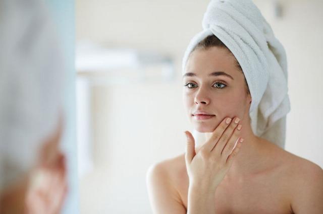 Кожа и гормоны: как ухаживать за лицом во время менструации