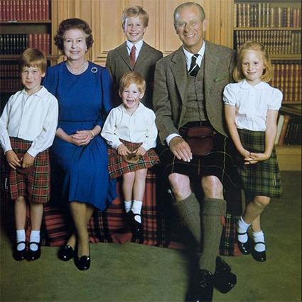 Королева Елизавета II и принц Филипп с внуками принцами Уильямом и Гарри, Питером Филлипсом и Зарой Филлипс