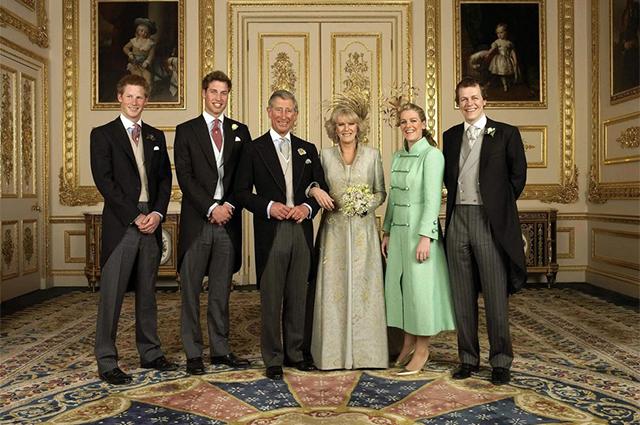 Принц Чарльз с сыновьями принцем Гарри и принцем Уильямом и Камилла Паркер-Боулз с детьми Лорой Лопес и Томом Паркер-Боулзом