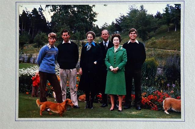 Принц Эдвард, принц Чарльз, принцесса Анна, принц Филипп, королева Елизавета II и принц Эндрю