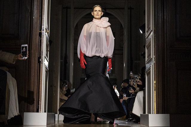 Стелла Теннант на показе Valentino Haute Couture весна-лето — 2020 в рамках Недели моды в Париже