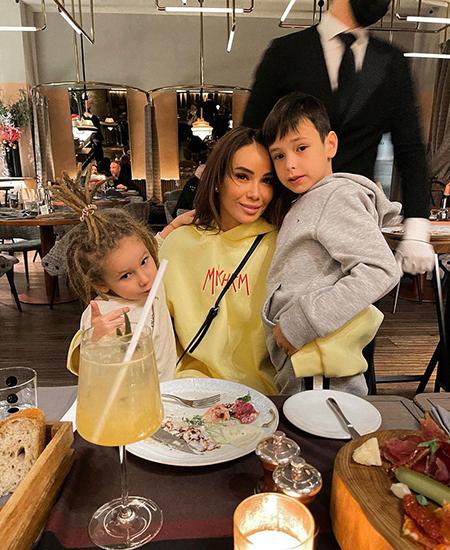 Айза Анохина с сыновьями Элвисом и Сэмом