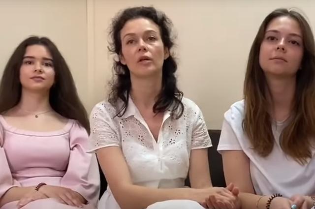 Марина Чайка с дочерьми Дарьей и Марией