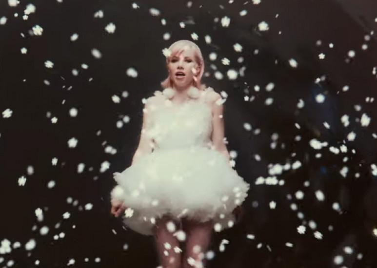 Carly Rae Jepsen — It's Not Christmas Till Somebody Cries, новый клип