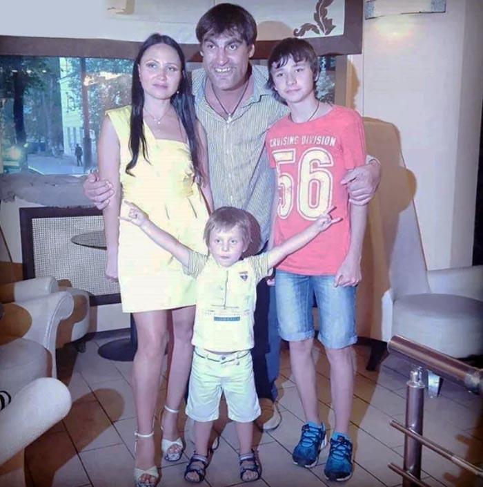 Как выглядят жена и дети актера с нестандартной внешностью — Алексея Дмитриева