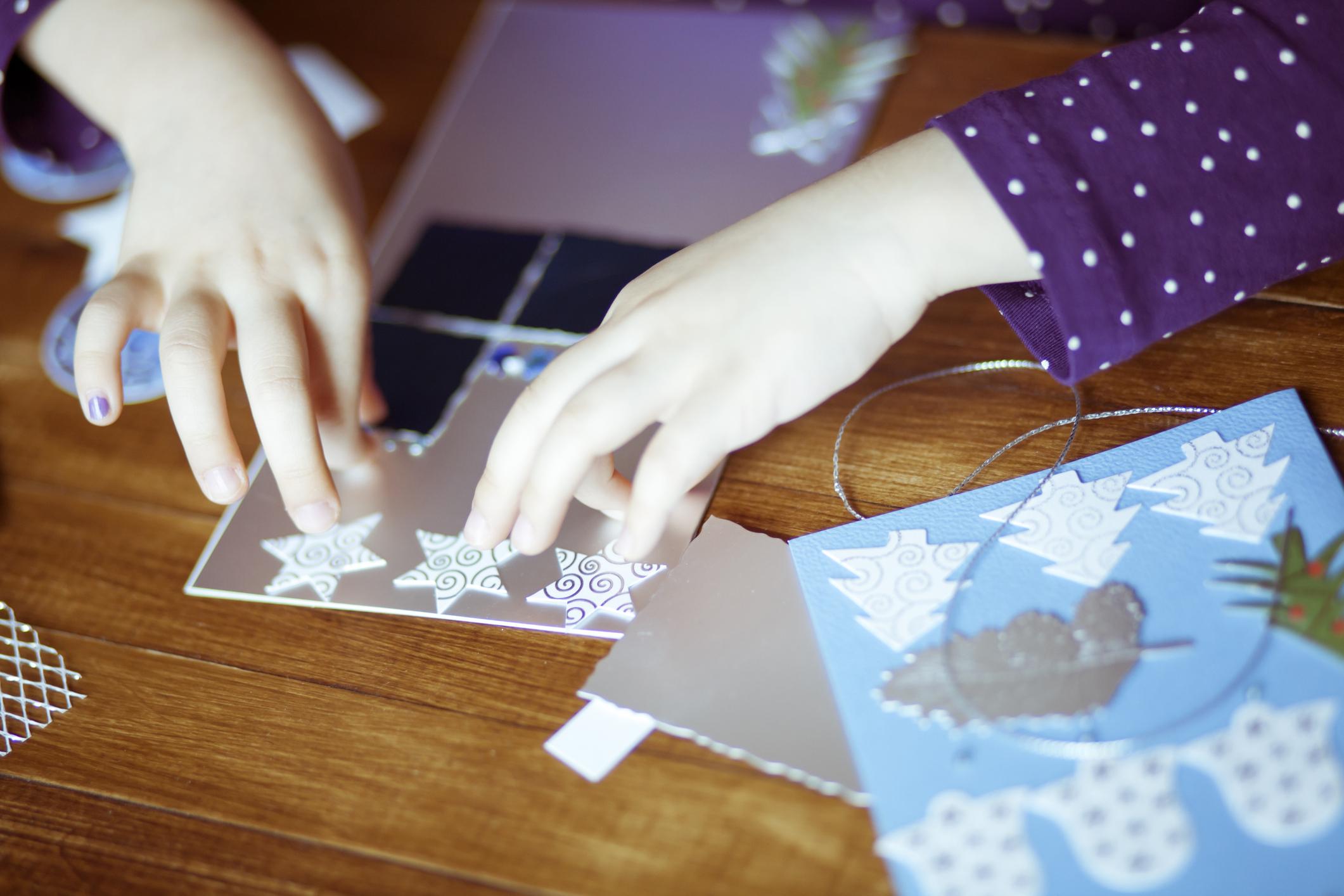 Девочка делает открытки