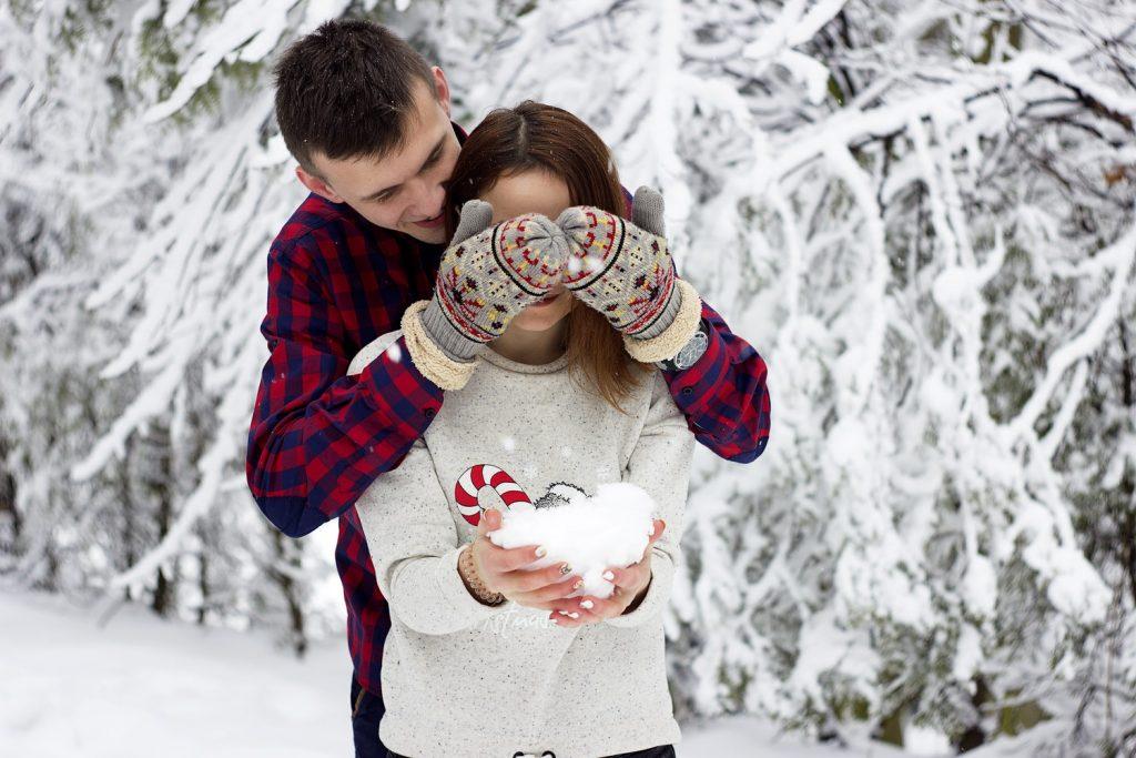 Пара на зимней прогулке
