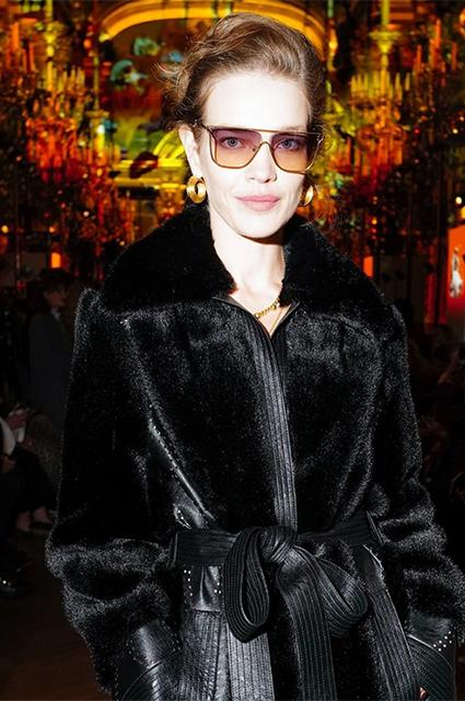 Наталья Водянова в пальто Stella McCartney из искусственных меха и кожи