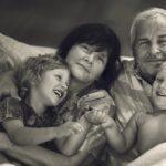 85290 Любовь бабушки и дедушки к внукам ни с чем не сравнится. Очень трогательный фотопроект под названием «Поколения»