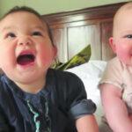 85573 Самое умилительное видео с двойняшками, как же они забавно друг друга развлекают!