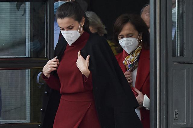 """Цвет вина и """"коварный"""" разрез: королева Летиция посетила выставку в Мадриде"""