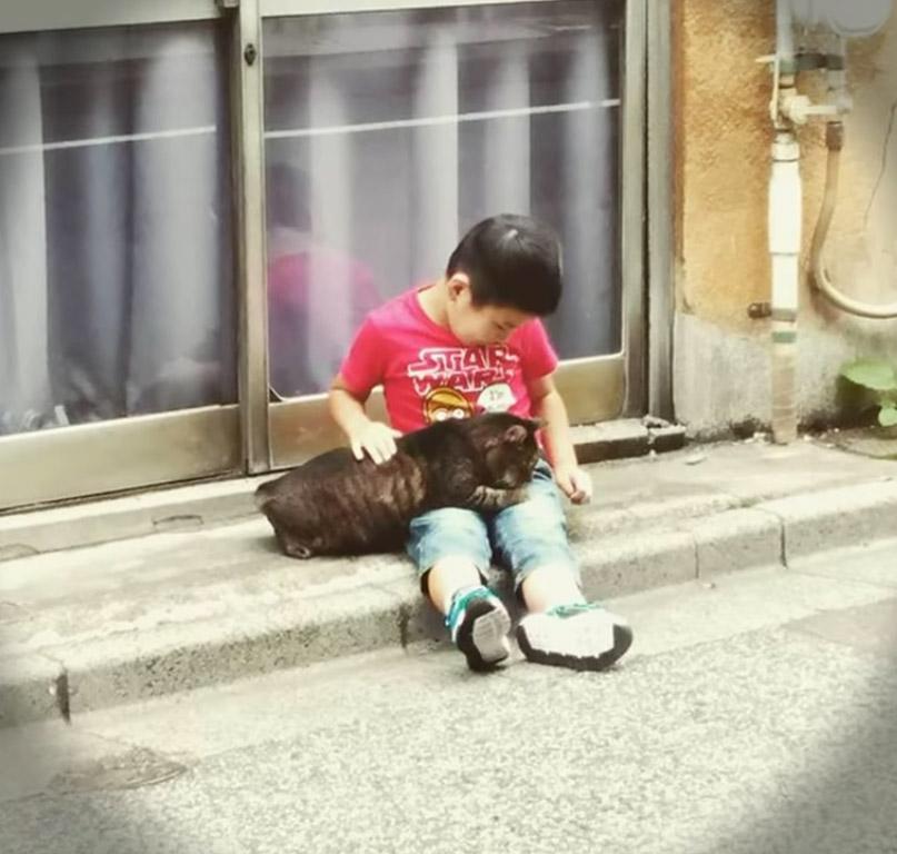 Ева подарила немому мальчику игрушку, а уже через несколько минут все плакали…