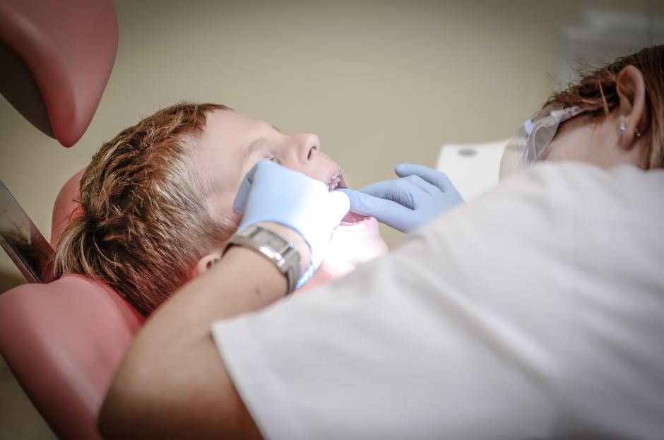Врач лечит зубы ребенку