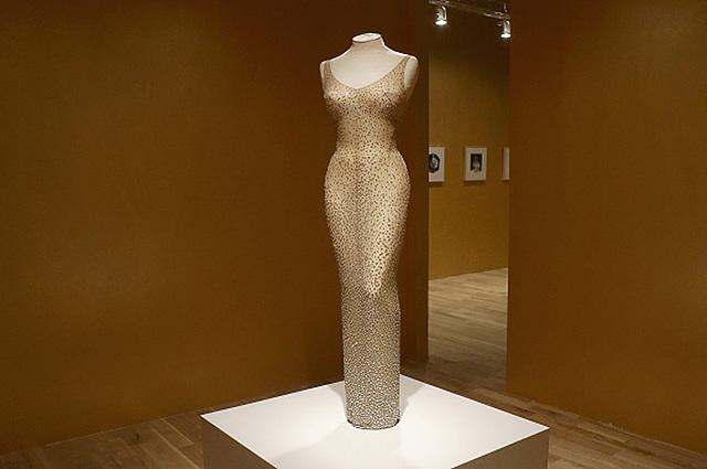96871 Когда известные дамы надевали «голые платья» и чего этим добились